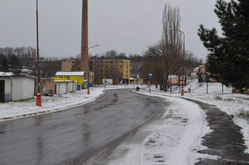 Fotografie města v zimě, odpoledne, bez korekce expozice, tak jak ji nastavila polo-automatika zrcadlovky.